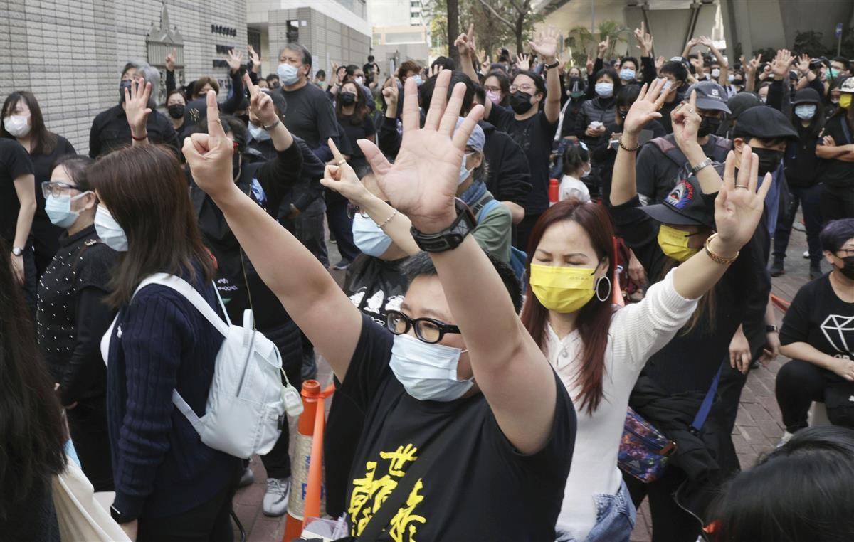 国安法違反の罪に問われた民主派47人を支援するため、裁判所周辺に集まった市民ら=1日、香港(共同)