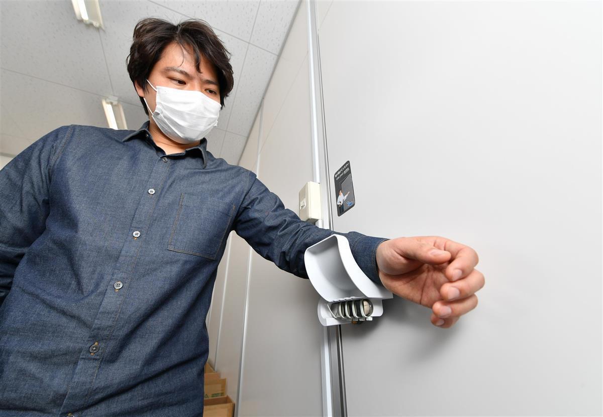 甲子化学工業が開発した手で触らずにドアを開閉できる装置=大阪府東大阪市(南雲都撮影)