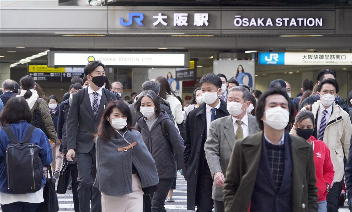 緊急事態宣言が解除され、マスク姿で通勤する人たち=1日午前8時19分、大阪市北区(前川純一郎撮影)