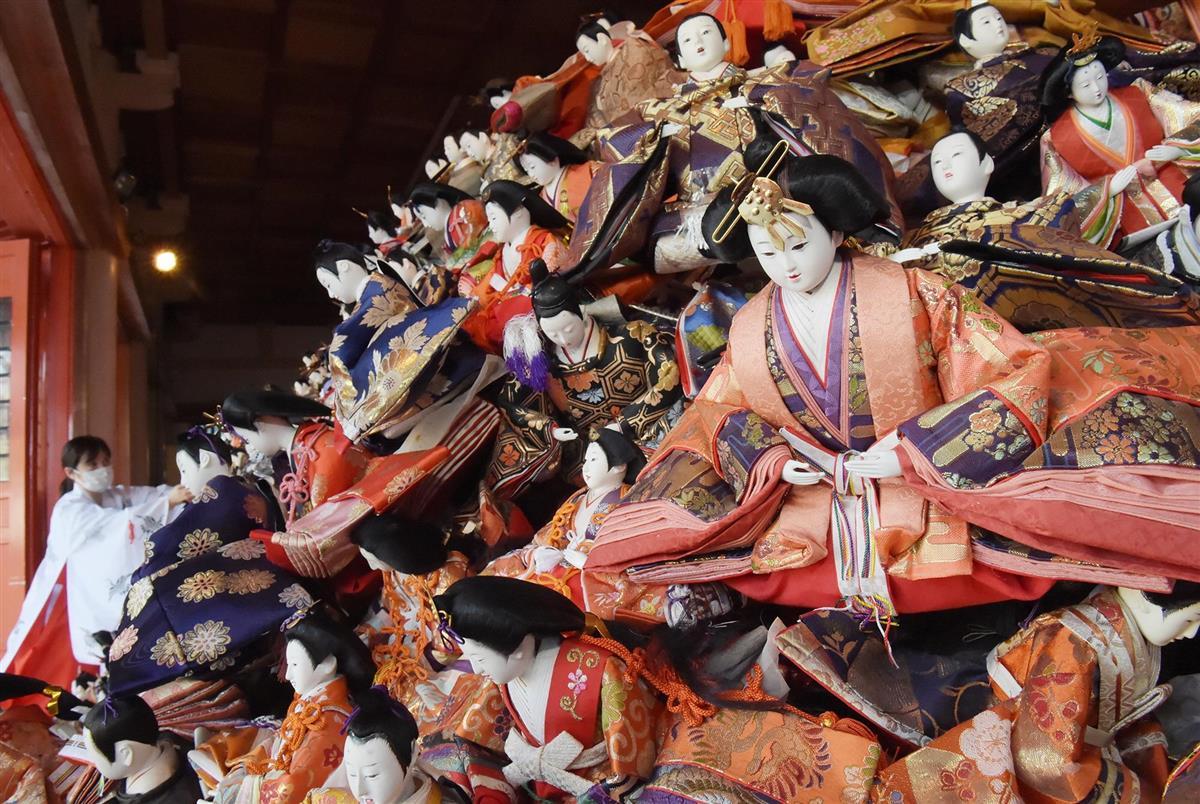 本殿にずらりと並んだひな人形=和歌山市の淡嶋神社