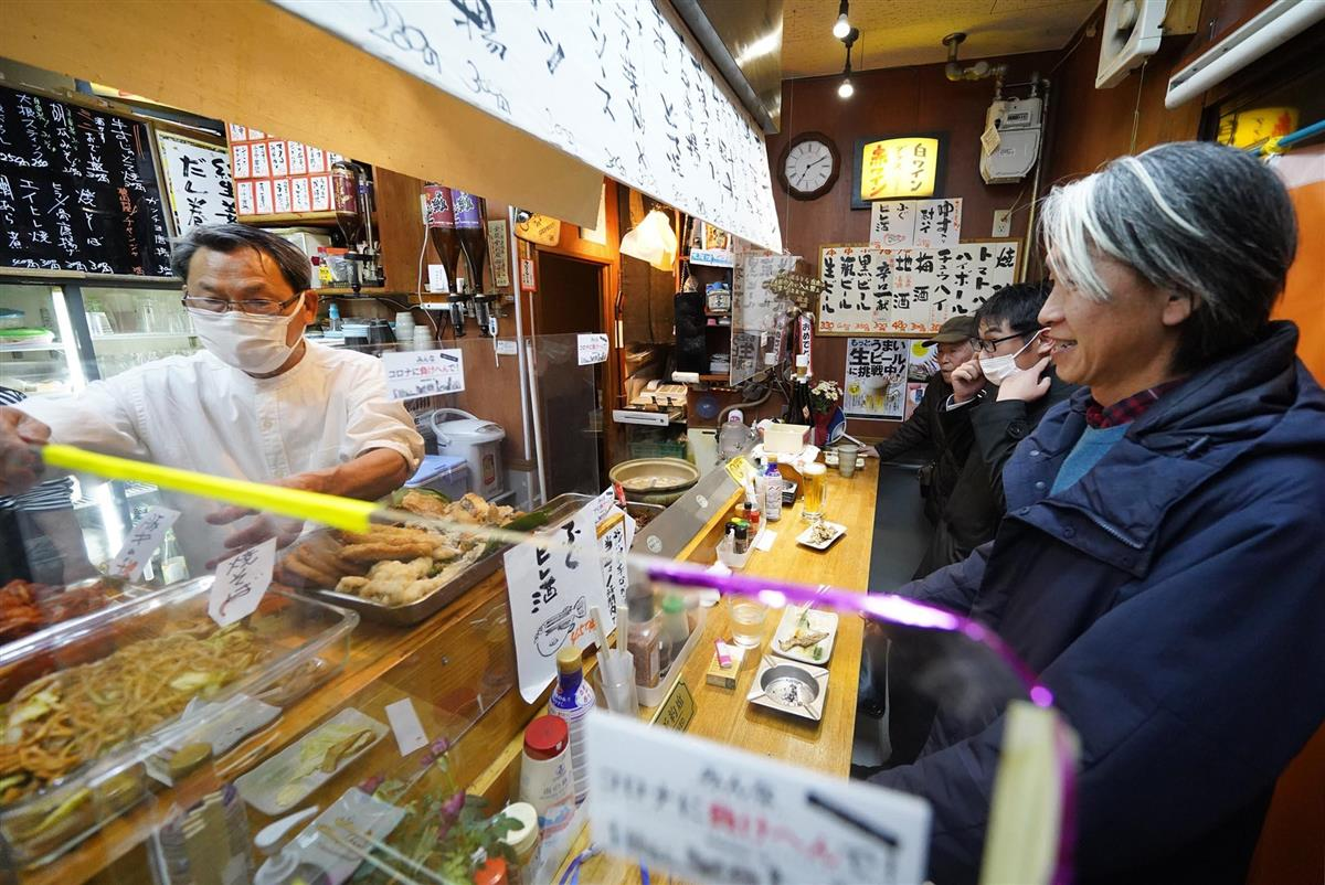 通常営業に戻り、常連客らでにぎわう飲食店=1日午後7時7分、堺市堺区(沢野貴信撮影)