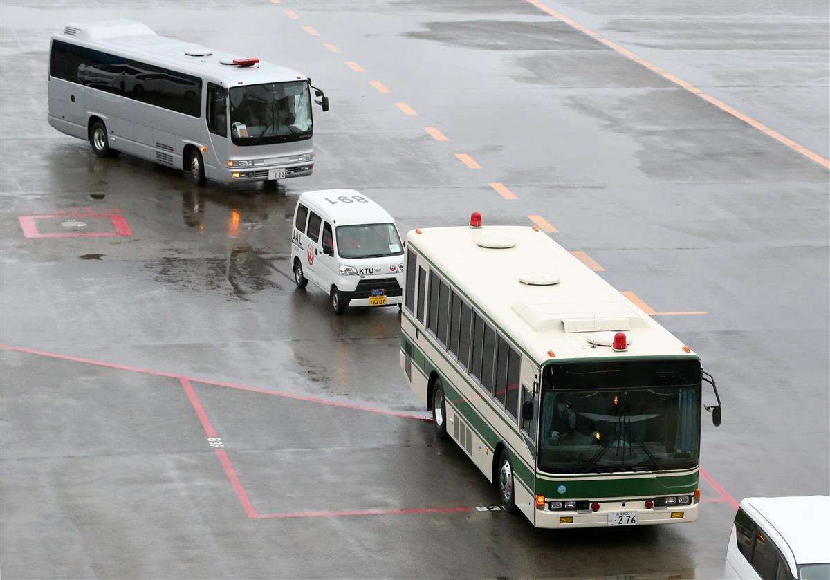 米国から日本に到着したマイケル・テイラー容疑者、息子のピーター・テイラー容疑者らを乗せたとみられる移送車=2日午後、成田空港(佐藤徳昭撮影)