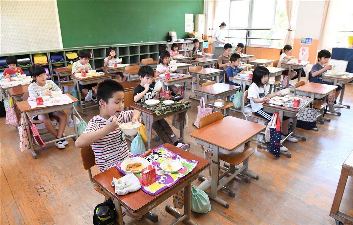 全員前を向き、黙って給食を食べる児童=昨年6月、京都市右京区(永田直也撮影)