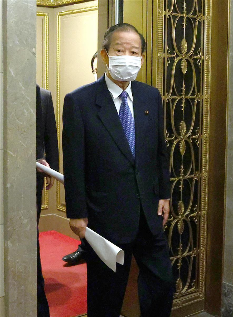 自民党役員会に臨む二階俊博幹事長=1日午後、首相官邸(春名中撮影)