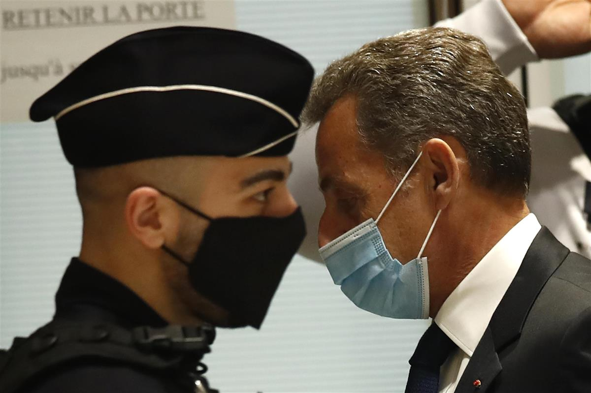 1日、フランス・パリの裁判所に到着したサルコジ元大統領(右)(AP)