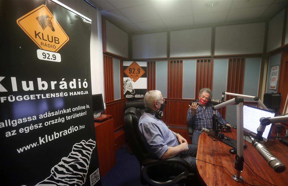 放送免許の更新を規制当局に拒否されたハンガリーの独立系ラジオ局「クルブラジオ」(AP)