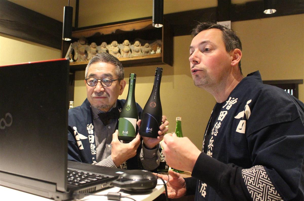 外国人向けにつくった日本酒をオンラインでフランスのソムリエらにPRする増田徳兵衛社長(左)=京都市伏見区