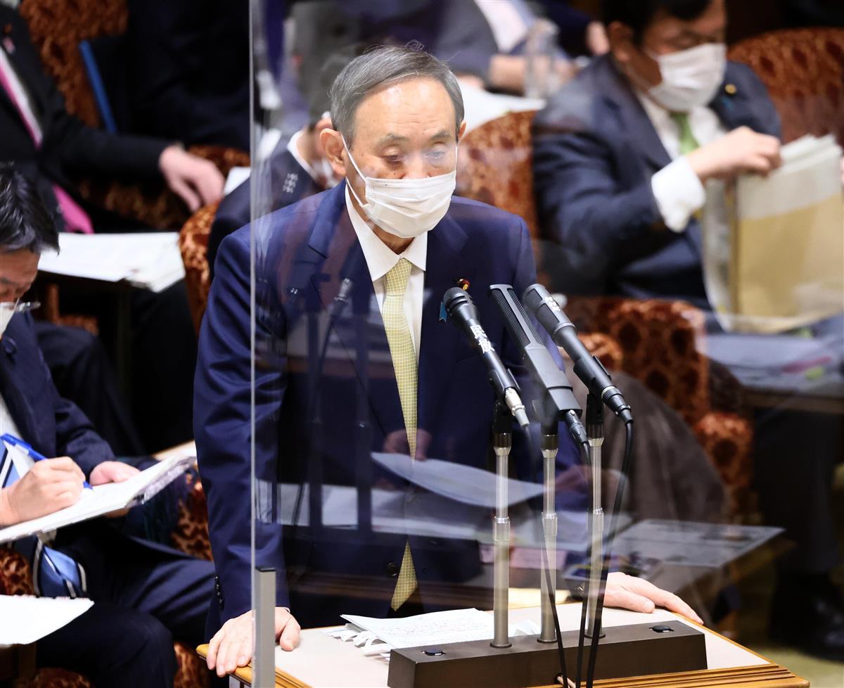 参院予算委員会で答弁する菅義偉首相=3日午前、参院第1委員会室(春名中撮影)