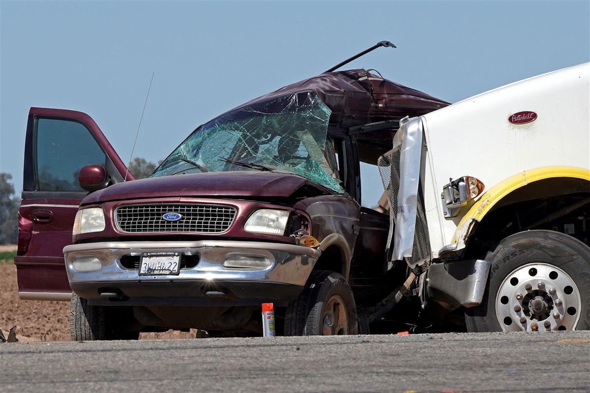 スポーツタイプ多目的車(SUV)とトレーラーが衝突した事故の現場=2日、カリフォルニア州ホルトビル近郊(ロイター)