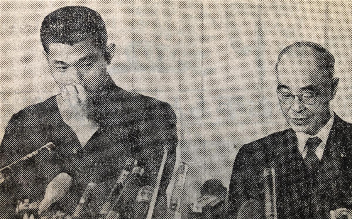 クラウンへの入団拒否を発表する江川と船田元衆院議長(右)