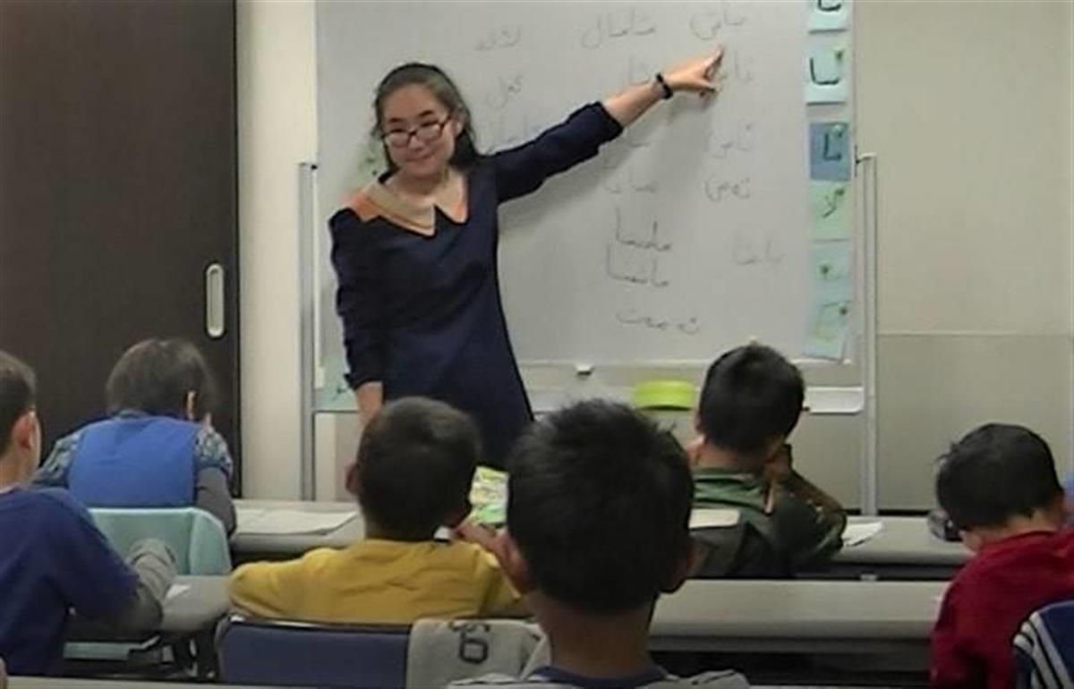 在日ウイグル人の子供らにウイグル語を教えるミヒライさん(日本ウイグル協会提供)
