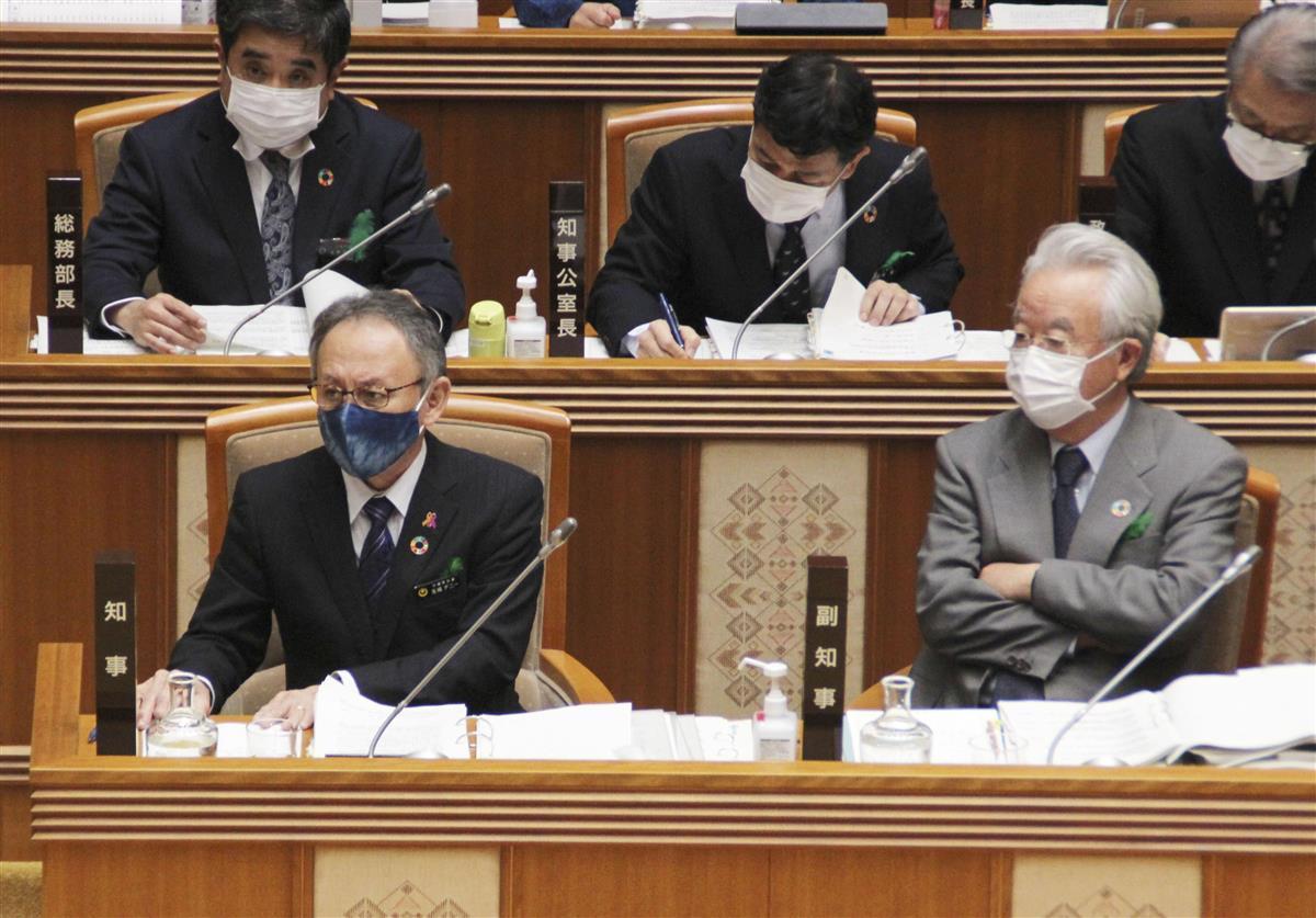 沖縄県議会に臨む玉城デニー知事(前列左)=2日