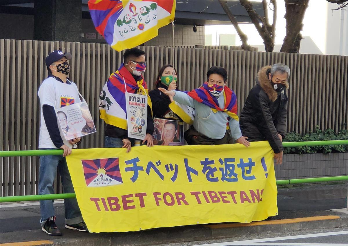 中国大使館前で抗議する在日のチベット人ら=10日午後、東京都港区(奥原慎平撮影)