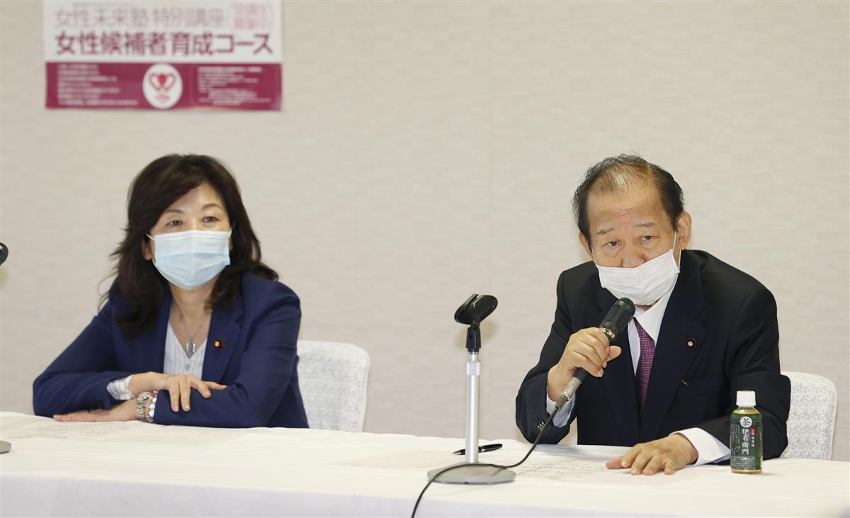 自民党所属女性国会議員との懇談会であいさつする二階幹事長。左は野田幹事長代行=15日午後、東京・永田町の党本部