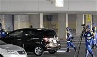 ショッピングセンター駐車場で男女はねられ死傷 高齢女性が運転か