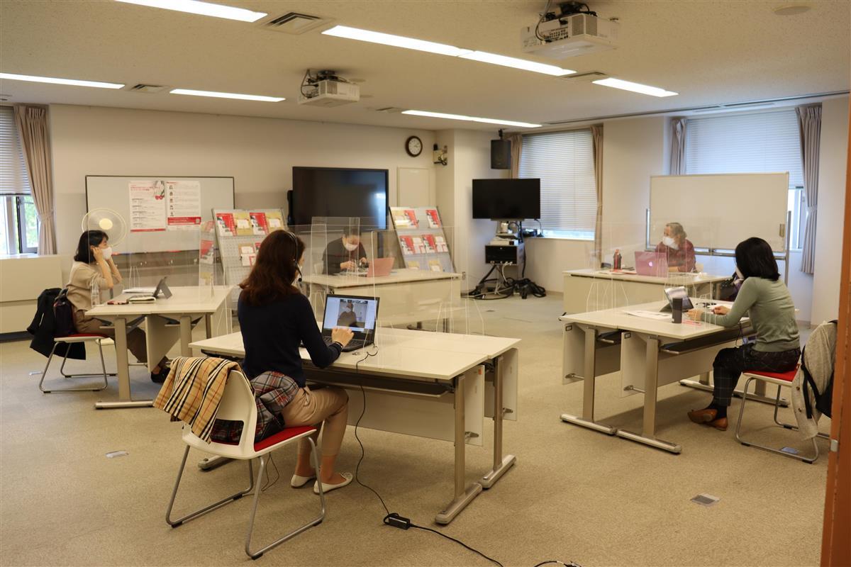 日本女子大学では、オンラインと対面授業を同時に実施するハイブリッド授業を導入。リカレント教育に取り組みやすい環境作りを実現している(同大提供)
