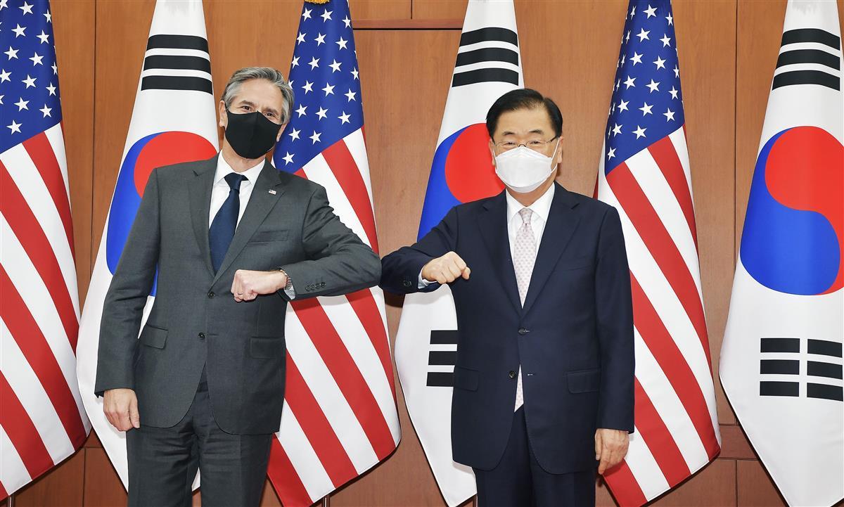 17日、ソウルでの会談に先立ち写真に納まる米国のブリンケン国務長官(左)と韓国の鄭義溶外相(聯合=共同)