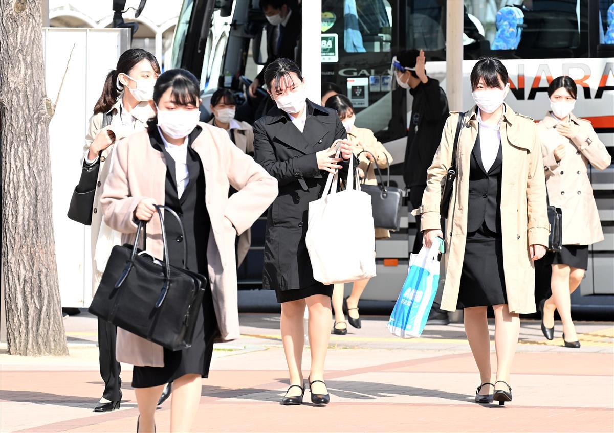 スーツ姿で会場入りする学生ら=1日午前、大阪市住之江区(須谷友郁撮影)