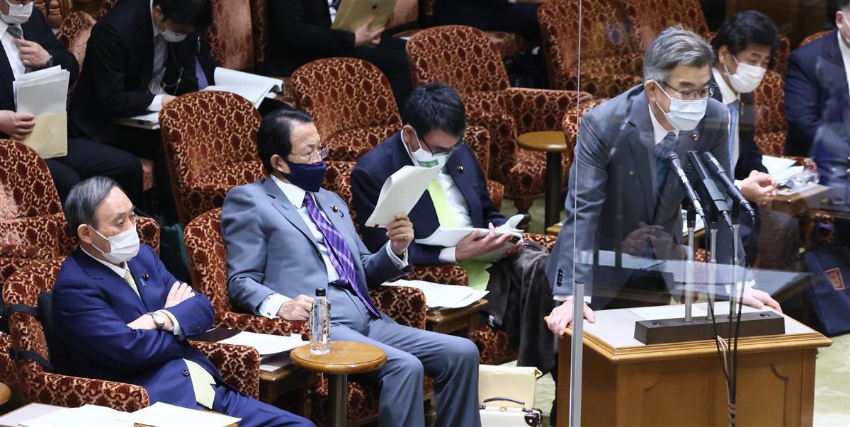 参院予算委員会で答弁する武田良太総務相。左は菅義偉首相菅義偉首相=19日午前、参院第1委員会室(春名中撮影)