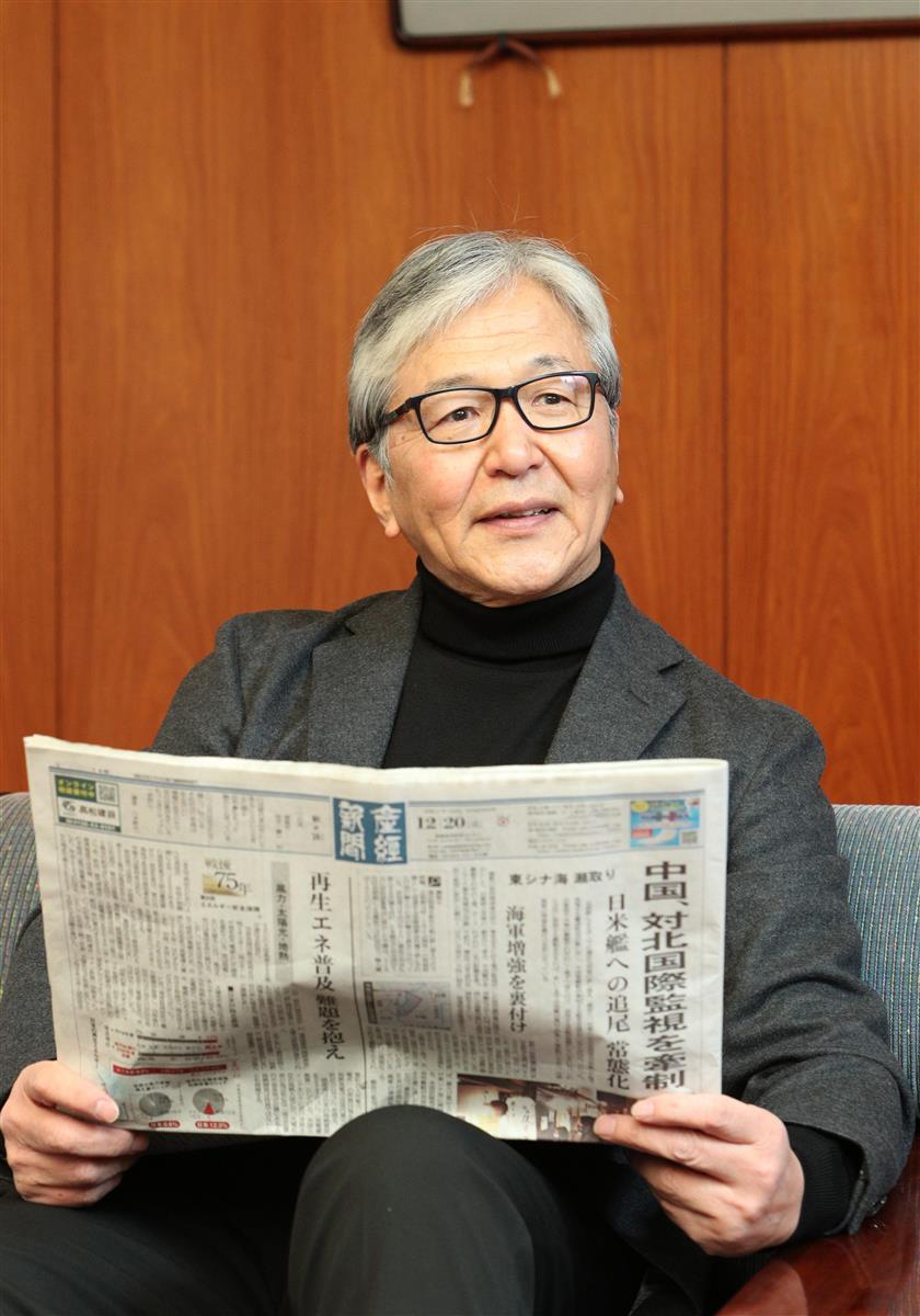 「紙の新聞の方が見やすくニュースの価値判断がしやすい」という薮中さん=京都市の立命館大キャンパス(寺口純平撮影)