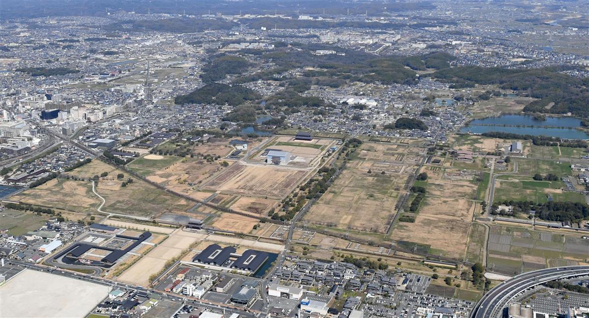 奈良時代に国の中枢だった広大な平城宮跡。第一次大極殿院正殿などが復元されている=昨年3月、奈良市(本社ヘリから、沢野貴信撮影)