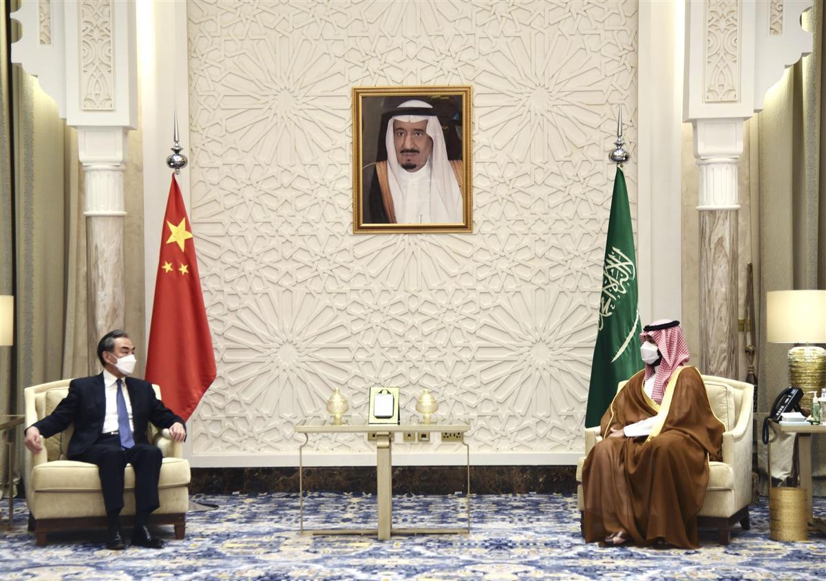 サウジアラビアのNEOM(ネオム)でムハンマド皇太子(右)と会談する中国の王毅国務委員兼外相=24日(新華社=共同)