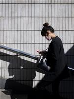 「歩きスマホ」は、こうして歩行中の集団を混乱させる:日本の研究チームが明らかにしたメカ…