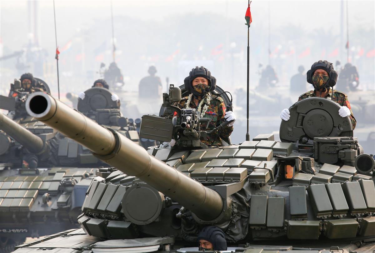 「国軍記念日」の式典で披露された戦車=27日、ミャンマー・ネピドー(ロイター=共同)