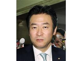 秋元被告、全面対決へ 窮地の主役「300万円」焦点