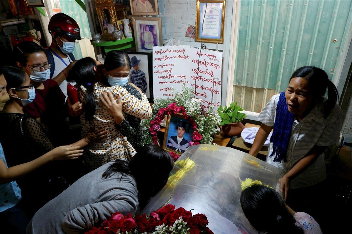 28日、反軍政デモ中に銃殺された犠牲者の葬儀で喪に服す人々=ミャンマー・マンダレー(ロイター=共同)
