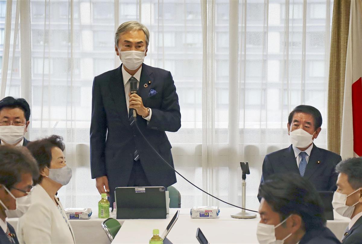 氏制度の在り方に関する作業チームの初会合であいさつする自民党の石原元幹事長。右は下村政調会長=2日午前、東京・永田町の党本部