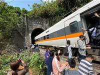 台湾の列車脱線、36人が心肺停止 トンネルの壁に衝突