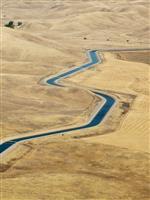 用水路をソーラーパネルで覆うと、発電効率が高まる以上の効果がある:米国での研究結果から…