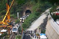 台湾列車事故、作業車滑り落ち衝突か 原因究明進む