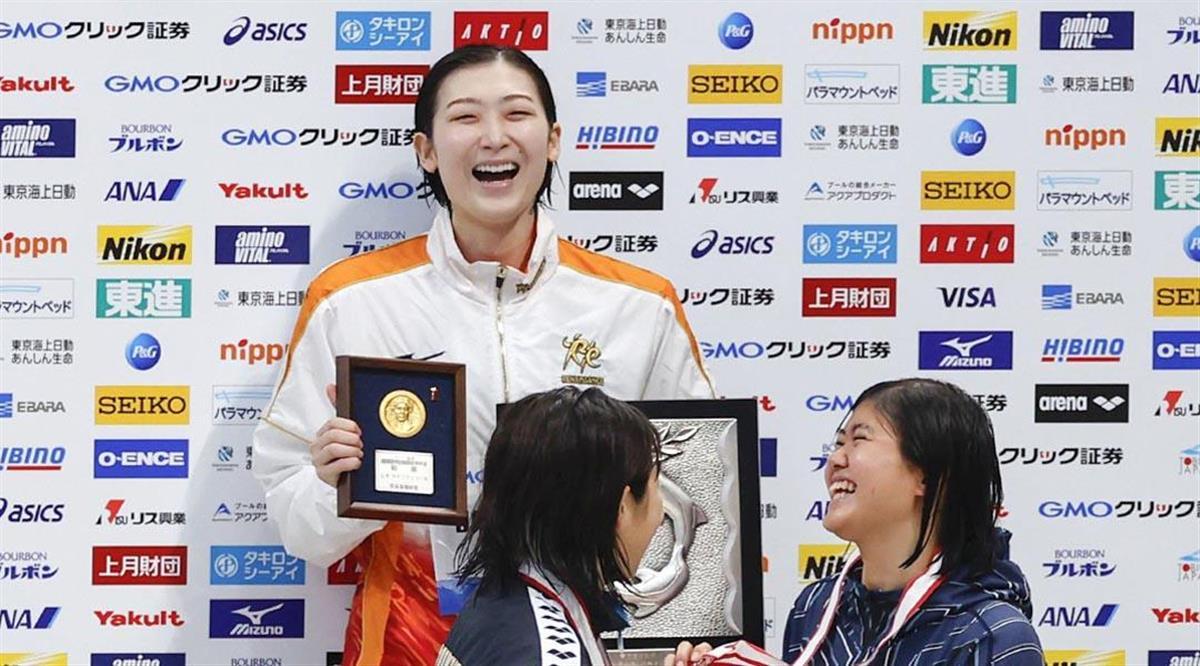 【競泳日本選手権 2日目】女子100メートル バタフライ決勝 優勝し、表彰台で笑顔の池江璃花子(奥)=東京アクアティクスセンター(代表撮影)