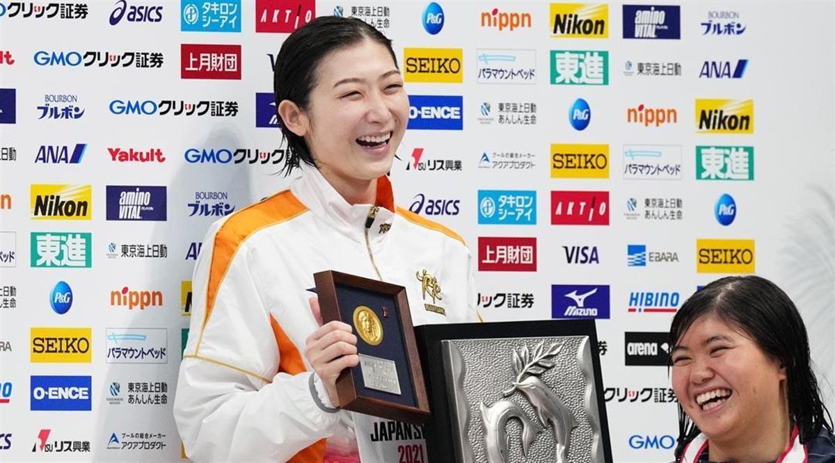 女子100メートルバタフライ決勝 表彰後の記念撮影で笑顔を見せる優勝した池江璃花子(右は2位の長谷川涼香)=東京アクアティクスセンター(恵守乾撮影)