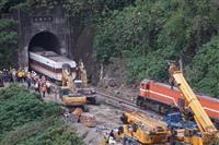 台湾、交通部長が辞意 列車脱線「死者50人」