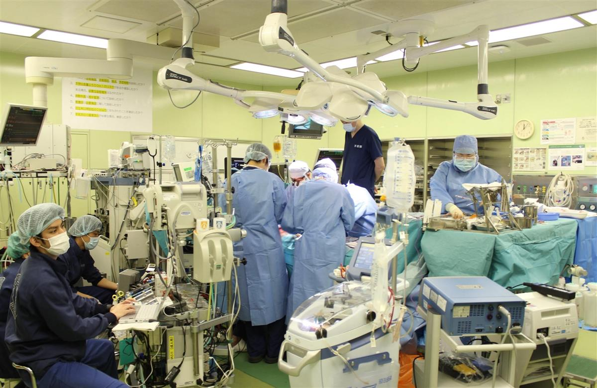 京都大病院で行われた新型コロナウイルス感染後の肺障害患者に対する生体肺移植手術の様子(京都大病院提供)