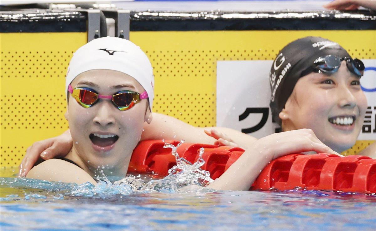 競泳の日本選手権女子100メートル自由形で優勝し笑顔の池江璃花子。右は3位の五十嵐千尋=8日、東京アクアティクスセンター