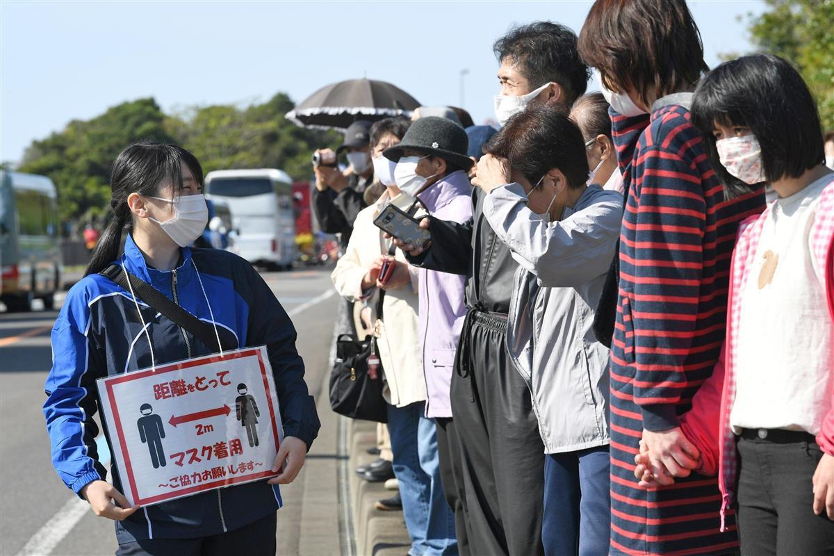 間隔をとるよう呼びかけられる中、聖火リレーを観覧する人ら=9日午前、和歌山県新宮市(永田直也撮影)