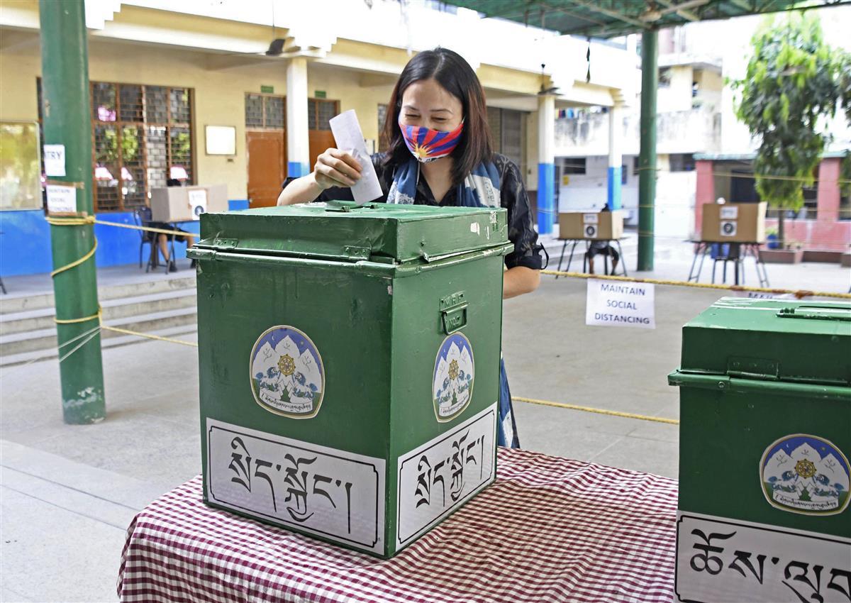 11日、インドの首都ニューデリーで、チベット亡命政府首相選の投票をする女性(共同)