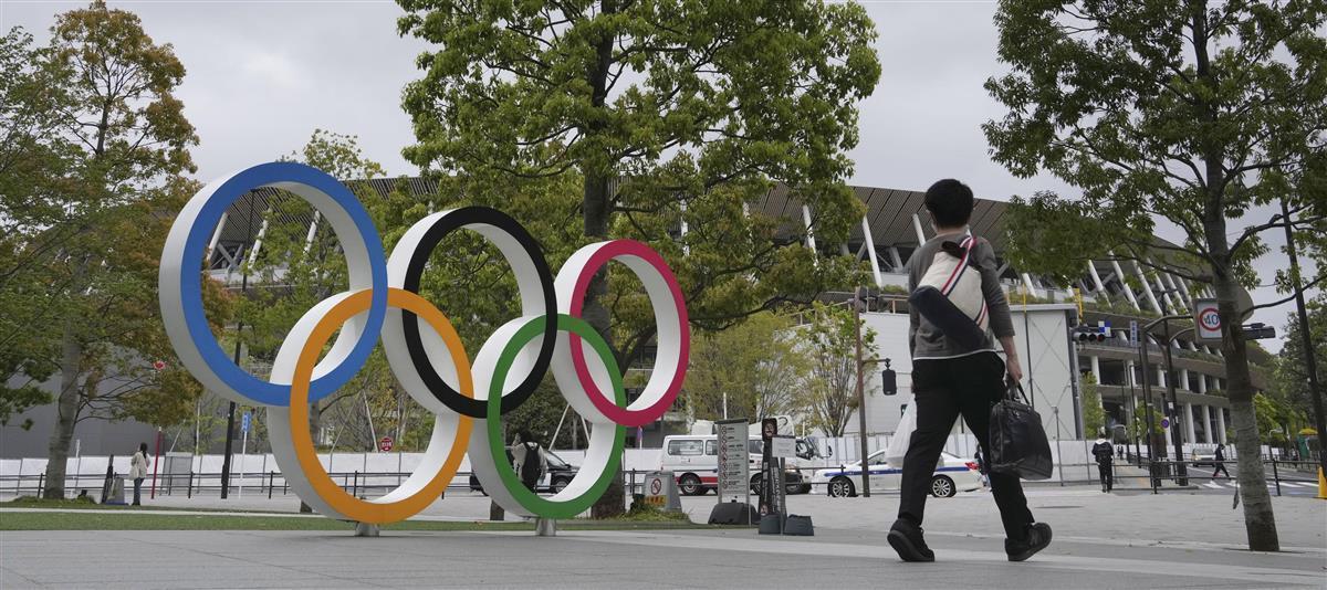 国立競技場(奥)と五輪マークのモニュメント=東京都新宿区