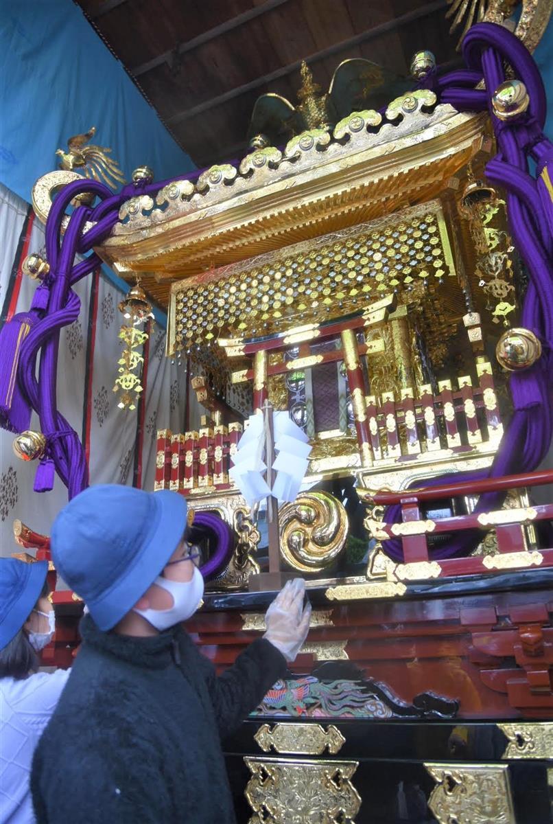 宮神輿に触れる小学生