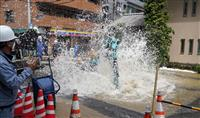 【動画あり】大阪の路上で大量の水噴き出す マンホール取り替え中