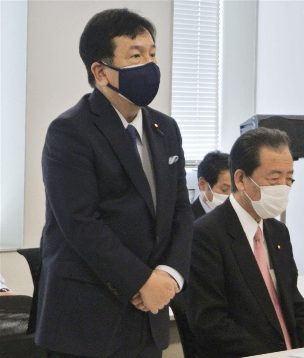 立憲民主党の常任幹事会であいさつする枝野代表(左)=20日、国会