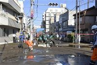 東京・亀戸で水道管が破裂し道路冠水