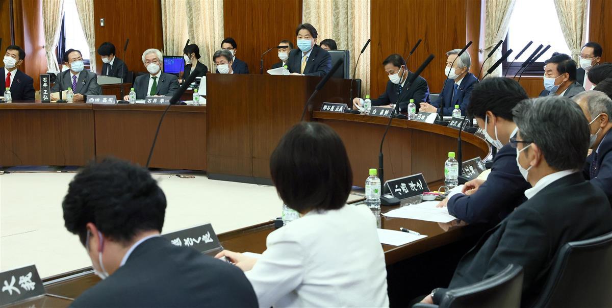 3年ぶりに開催された参院憲法審査会。中央は林芳正会長=28日午前、参院第41委員会室(春名中撮影)