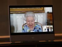エリザベス女王、笑顔で公務 殿下葬儀後初めて