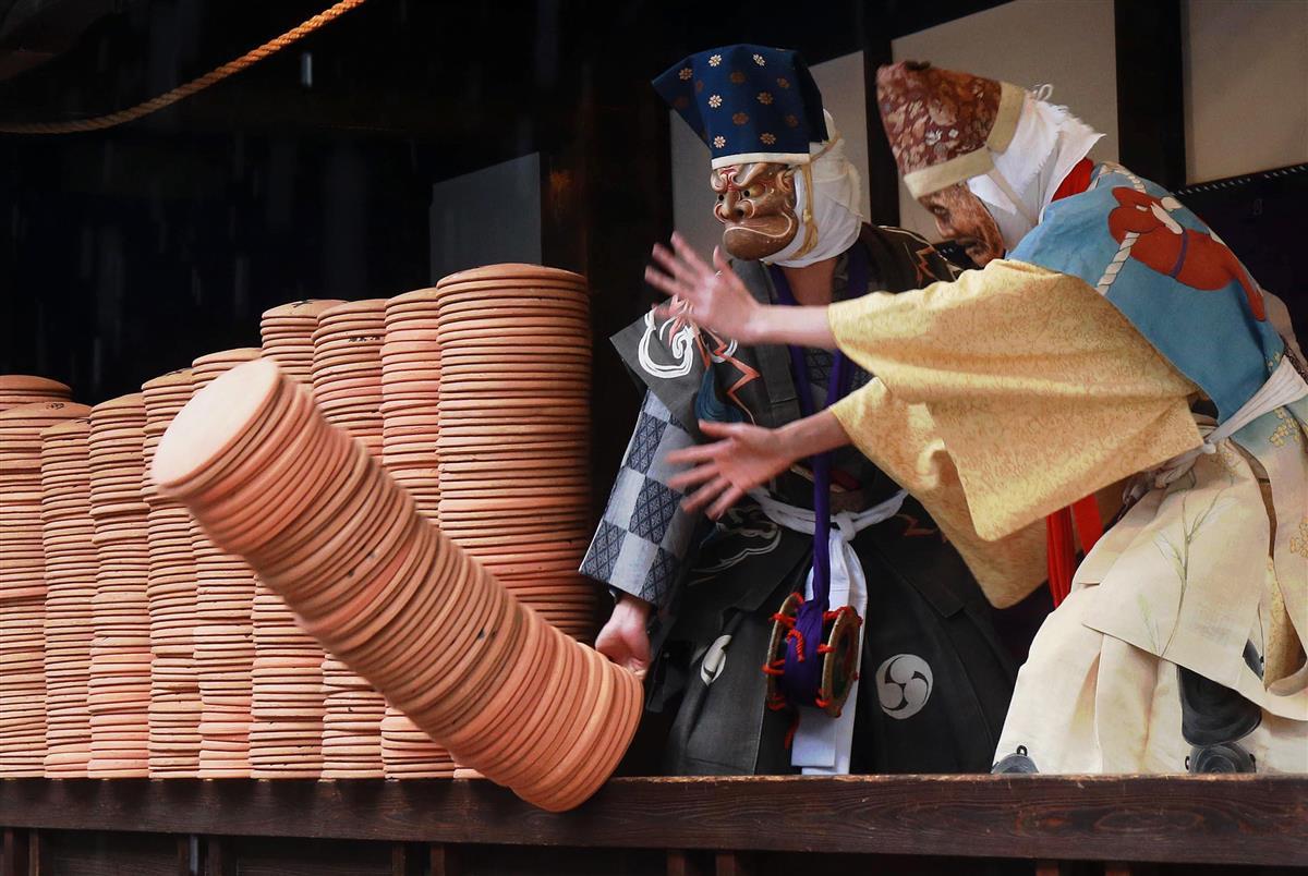 【動画あり】京都の寺で豪快「炮烙割」壬生狂言上演始まる