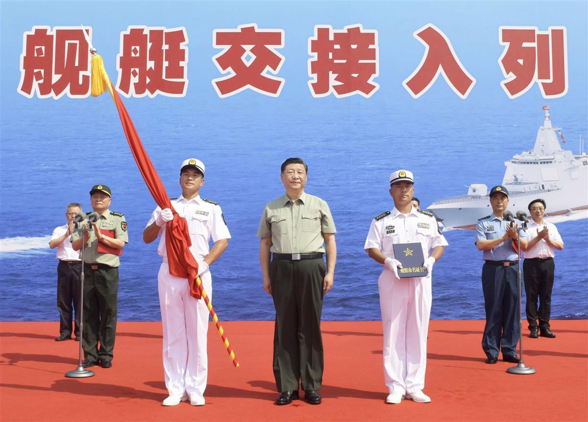 中国海軍に最新鋭の強襲揚陸艦などを引き渡す式典に臨む習近平国家主席(中央)=4月23日、中国海南省(新華社=共同)